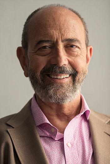 Carlos, interpretado por Miguel Rellán